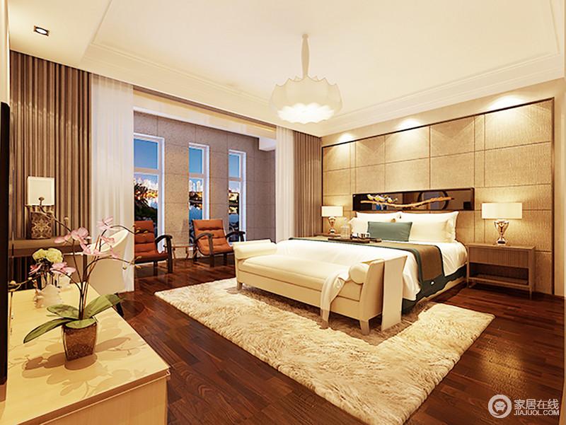 主卧室色运用暖色系的光源,暗茶色的地板和窗帘做调和,让空间更有层次感,原本米色的背景墙与沙发、布艺饰品,营造出和暖;阳台处的单人沙发让主人有空即可拥有自己的休闲时刻,正如米白色床尾凳的柔软一样,让人感受到生活的温馨。