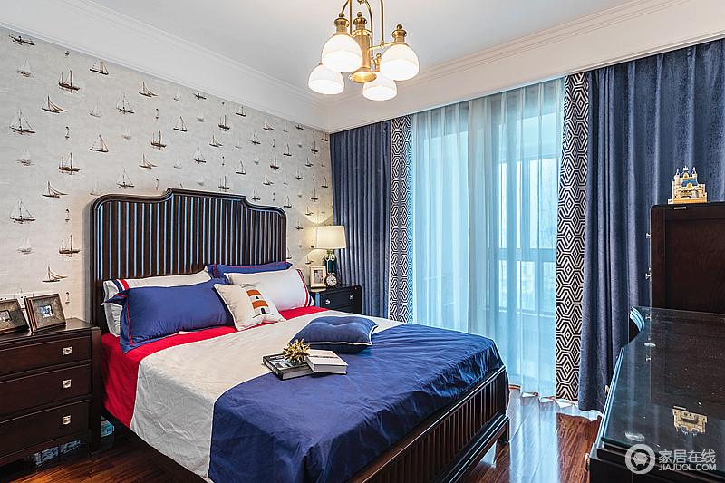 儿童房的温馨舒适感,跟色彩搭配有很大的关系,蓝色床品和蓝色窗帘,让房间有着大海般畅想的空间感觉,蓝色抱枕和红色床品,让空间看起来随意自然,却也足够温暖。