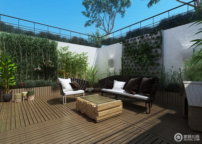 室外空间使用防腐木,铺贴出细腻和朴拙;环绕粗粝的墙面是各式的绿植,在这个立体的绿植墙装饰中,露天阳台多了一丝惬意和清雅;黑白组合的户外沙发和木条打造的玻璃茶几带着现代风,愈加悠闲。
