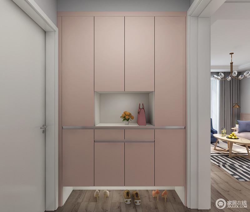 粉色的柜门搭配白色的柜身,大胆的配色让人进门就会眼前一亮,中间的镂空设计方便主人进门放包,柜下离地的设计更加方便的更换拖鞋。