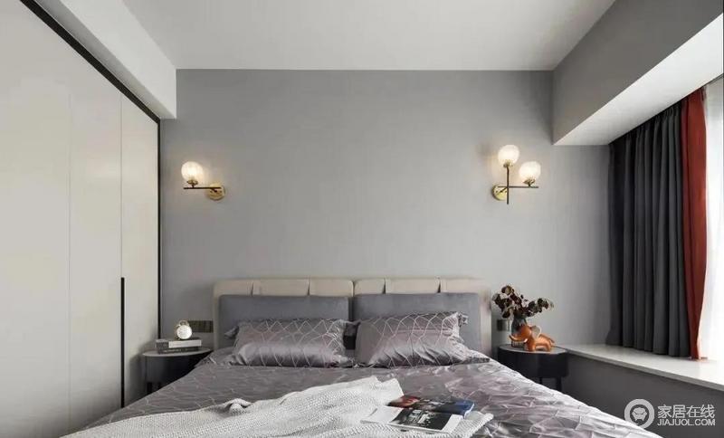 主卧色调偏灰色系一些,简洁朴素,清新舒适,精致优雅的金铜色壁灯与纯白色衣柜、黑色实木床头柜相互映衬,温馨时尚,再加上一点橙色做点缀,为居住者营造一个舒适静谧的睡眠空间。