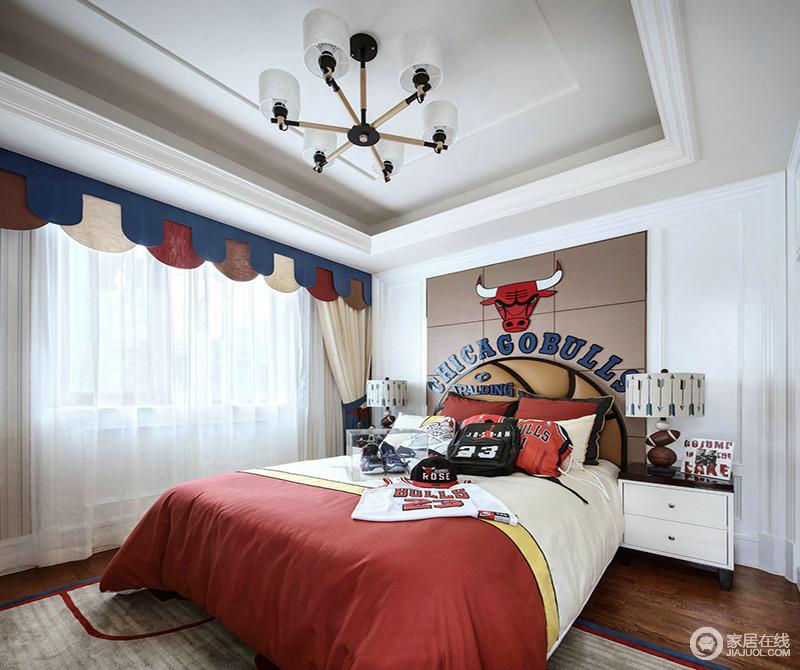 丰富的色彩搭配,才是儿童房的设计主题;设计师不仅用了红白蓝咖等色彩配搭,更将孩子喜欢的篮球元素融入到设计中,从床头装饰造型到床品布艺,无一不体现出人文情致,完全是童趣十足。