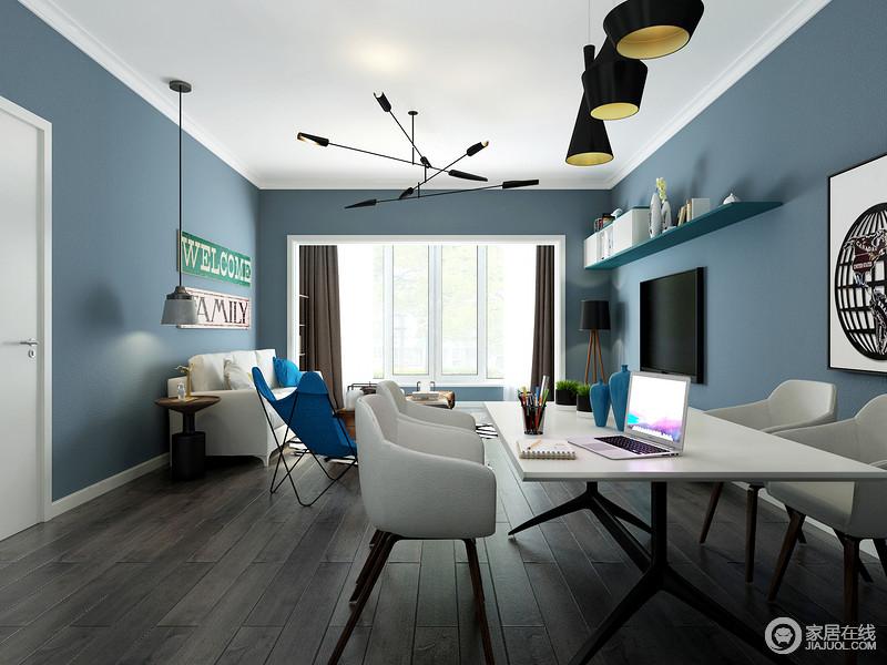 没有采用复杂的造型吊顶而是简单的石膏线来保证房高不被压缩,黑色的吊灯很好的为白色顶面点缀了颜色,灰色地板很好的额托出了白色家居,丰富了空间的层次感。
