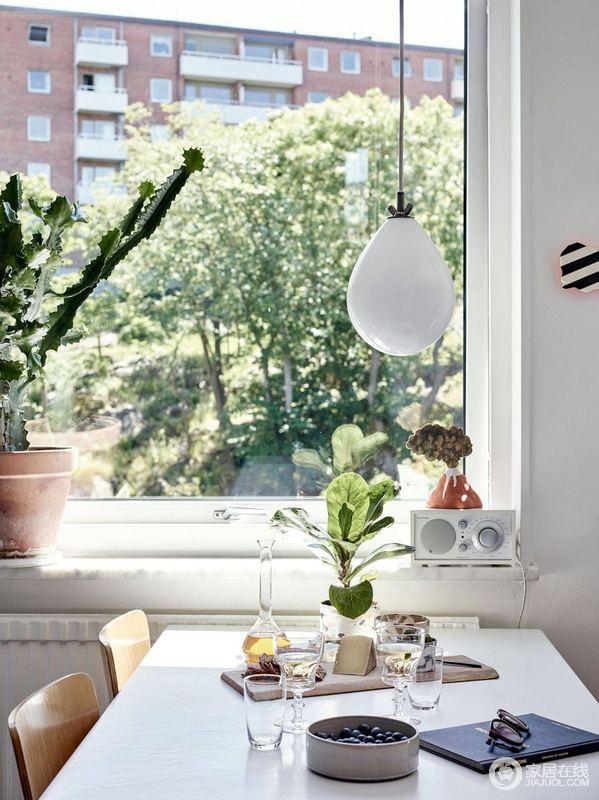 """阳台并没有太多精细的装修细节展现,但是放眼望去的绿植就足够让人享受清新,正所谓""""阳光甚好""""。"""