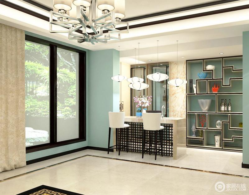 餐厅设计成了一个开放式的格局,并以吧台的形式,满足日常之用;蓝色定制储物柜嵌入式设计极大地节省了空间,搭配灯笼吊灯成就了中式时尚,利落的玻璃门将厨房阻隔在另一个空间,让用餐也变得随性和自在了不少了。