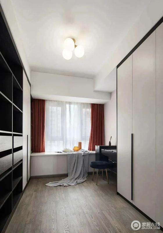 考虑到有小宝宝后,家中的收纳需求会增加,因此将其中一个卧室改造成储物式衣帽间,既能收纳一些衣物和包包,又能为女主人提供一个单独的化妆空间,为生活带来极大方便。