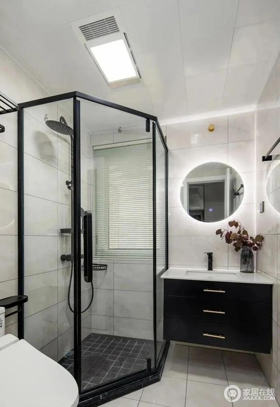 卫生间内安装了钻石型防爆钢化淋浴房,地面设计导流槽和防滑,让沐浴更舒适安心;黑色实木悬空台盆柜与LED智能化妆镜,精致不失时尚,小空间也可以这样颜值化。