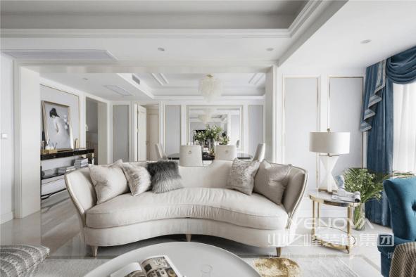 将休闲阳台合并进客厅之后,整个开间变大了,更符合大宅的视野。整体浅灰色与浅茶为背景。
