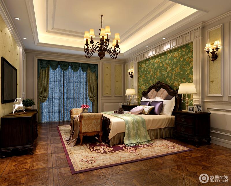 卧室中的色彩和灯光以人为本,不哗众取宠,却因为真丝质感的靠垫而显得格外奢华;绿色花卉背景墙、淡黄色花纹地毯显得卧室雍容;贵妃床尾凳雅致的造型、复古的韵味更添置了华丽。