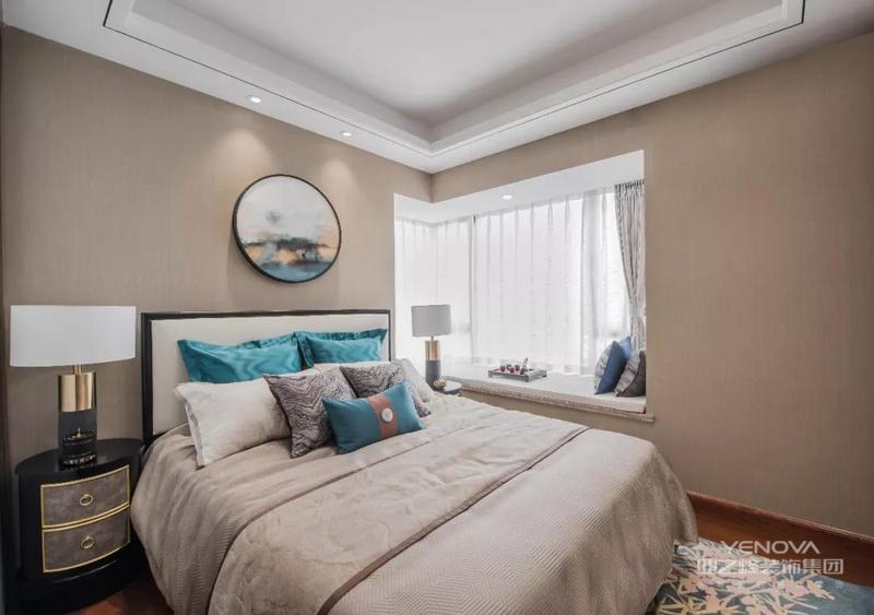 卧室设计,床头背景墙放了背景,看起来很大气。