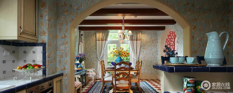 餐厅的木梁吊顶带着原始的质感,灿烂的太阳花的味道笼罩着整个餐厅,与蓝色花卉壁纸构成色彩乐章,让心情和暖;实木家具质地温实,而蓝色木桌因为白色木椅的搭配,有了清新之外的复古,让每一次用餐都变成美好的享受,生活也闲适了不少。