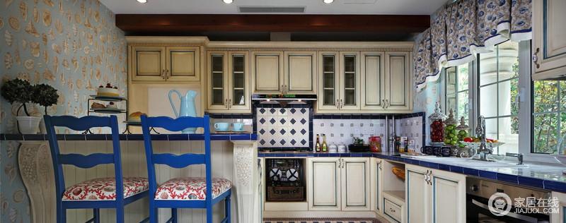 墙面以蓝白瓷砖来延续地中海艺术之风,同时借典型欧式厨房柜来增加空间的功能,米色原木材料的质感凸显出年代感,而吧台的精心设计,无疑为生活添加了几分情趣。