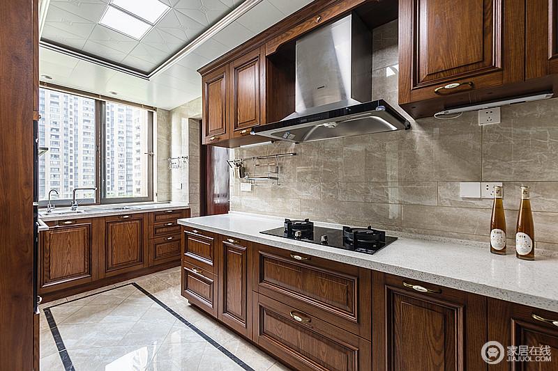厨房是家里活动较多的空间,以实用舒适为主,再次,还有足够的收纳空间;褐色柚木搭配白色台面和驼色墙砖,塑造了一个足够复古和朴质的生活氛围。