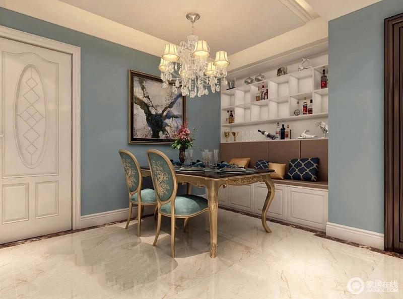 设计师非常创意将搁架、卡座与餐厅结合,使空间既具有休闲情调,又具有实用的收纳功能;同时蓝白色调间,金色凸显华贵轻奢。