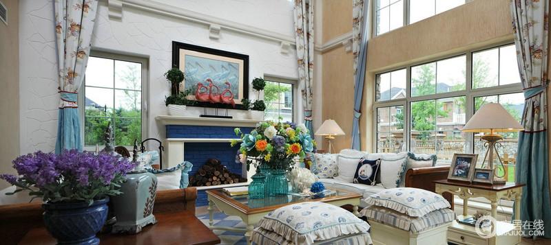 白色基调为主的客厅里面,白色的沙发与蓝白的壁炉构成一种特别的优雅;墙面米色漆与花卉窗帘,带着田园的味道,呼应着茶几上一大束鲜花,让生活更为自在;壁炉上的火烈鸟摆饰与蓝色动物画,为空间带来朝气。