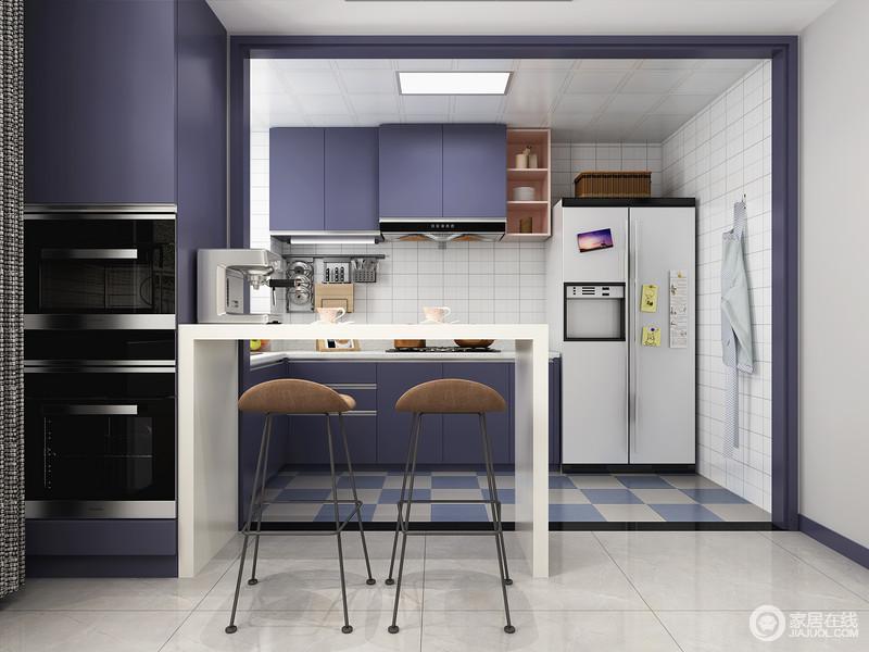 纯白色的吧台不仅仅解决了开放式厨房与餐厅过度的问题,还提供了主人会客休闲的的功能,静静的享受居家的惬意时光。