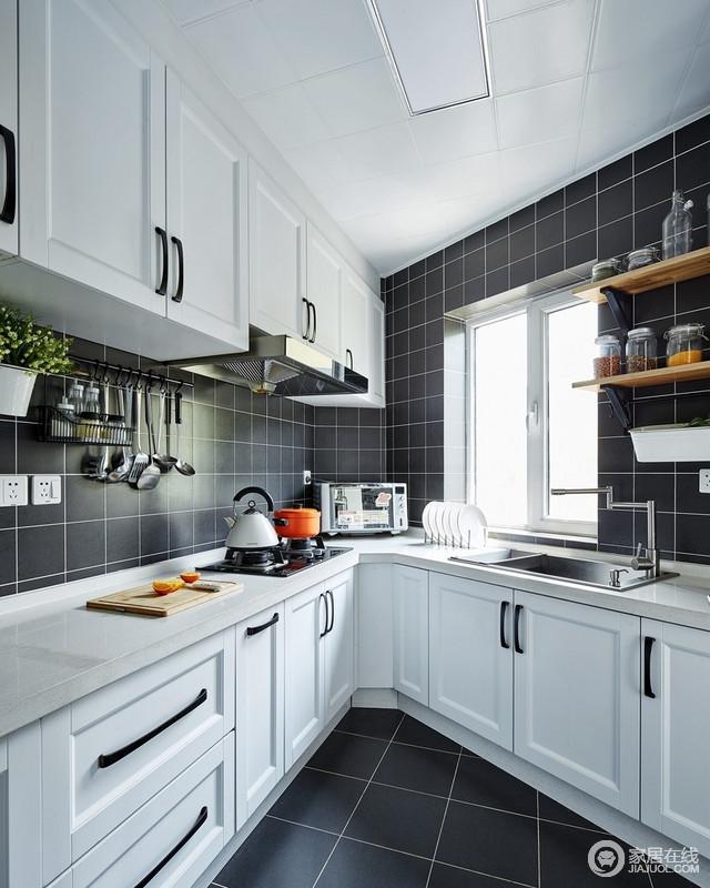 橱柜和瓷砖黑白分明,干净利落,一个轻易的转身,斜角的厨房原来如此美貌;橱柜和木架组合解决收纳需求,不失北欧生活的都市感。