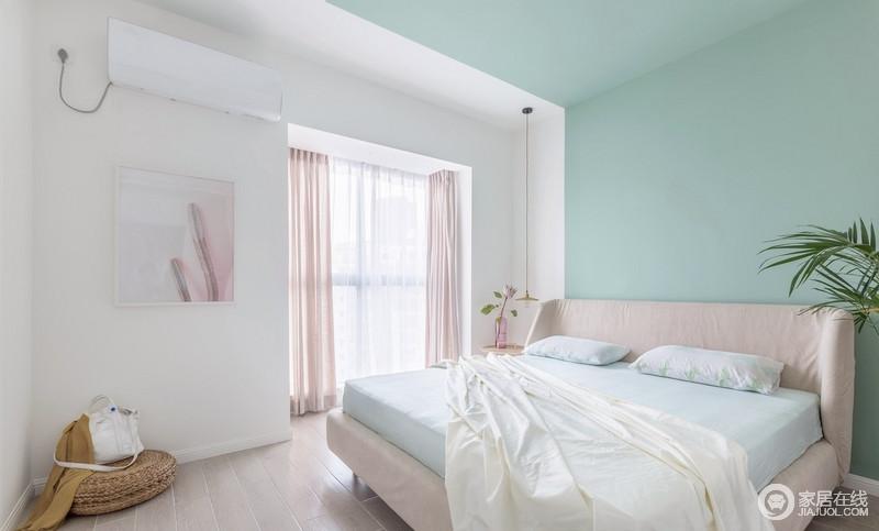 卧室空间,杏色、大地色、藕荷色、水绿色,在半倾斜的户外阳光下,呈现出静物写生般的和谐色调,不拘泥于新旧,却足够舒适。