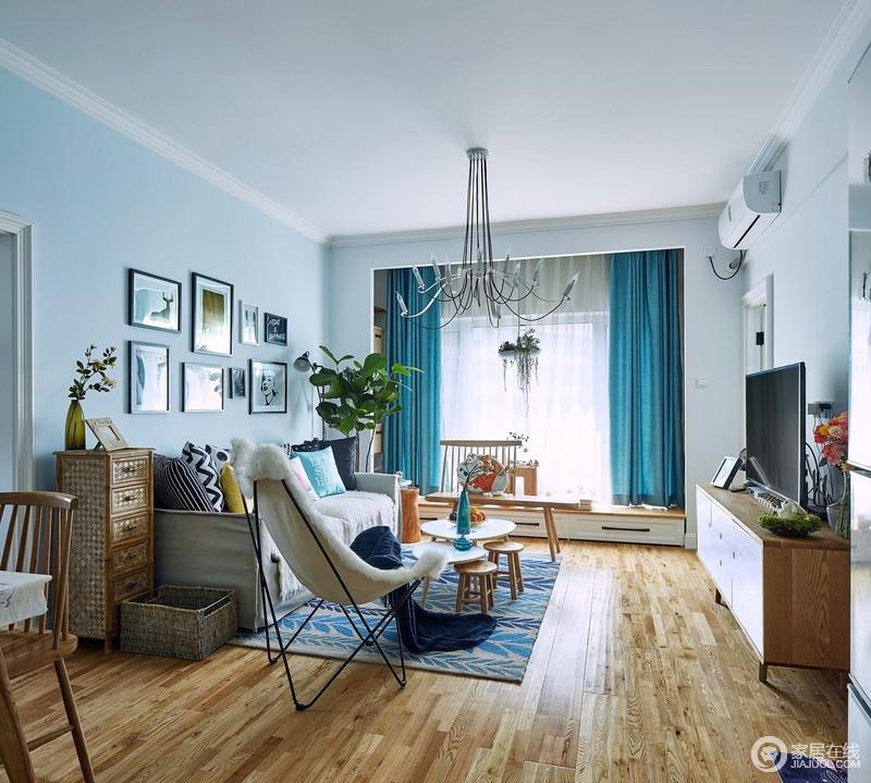 浅蓝色的空间搭配白色吊顶,构成海天一色,而深蓝色窗帘作为点缀,构成色彩层次,给家湛蓝;原木地板与定制得飘窗柜构成北欧朴实,搭配北欧系家具、摆饰,低调而不失活泼。