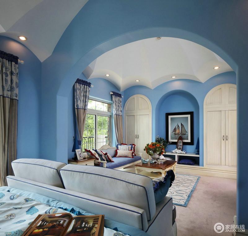 蓝色主调的客厅,再加上拱形结构的连环设计,无形中让空间宽敞、明亮和清新;拱门的设计也是地中海风格特色之一,典型欧式建筑表现形式,让空间更具艺术内涵;而白色沙发与花卉窗帘和艺术画的点缀,让空间不失艺术感,拱形门的蓝白色调,清雅中蕴藏着实用。