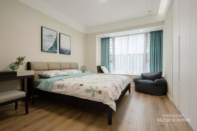 主卧简简单单、清清爽爽、自然系的床品搭配恰如其分。白色顶面与柜门、晚霞色墙面、浅松石色与黑色调互相搭配,让空间轻松清新而不乏成熟。