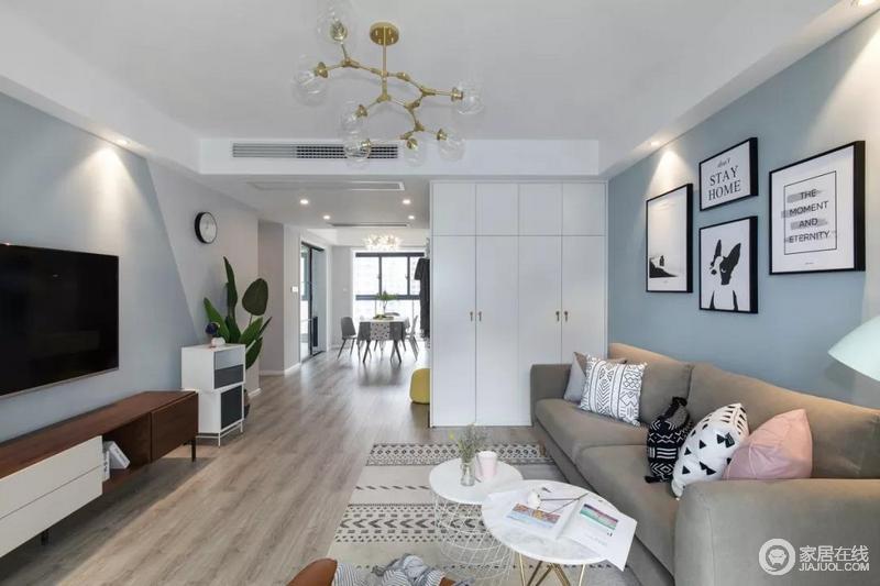 采用浅灰色的墙面基础,地毯的图案在延伸空间感的同时也呼应了看电视时的视线,更具画面感、立体感。灰色的布艺沙发摆满了丰富多样的抱枕,搭配镂空底座的组合茶几,日常的居家生活也很自在方便。