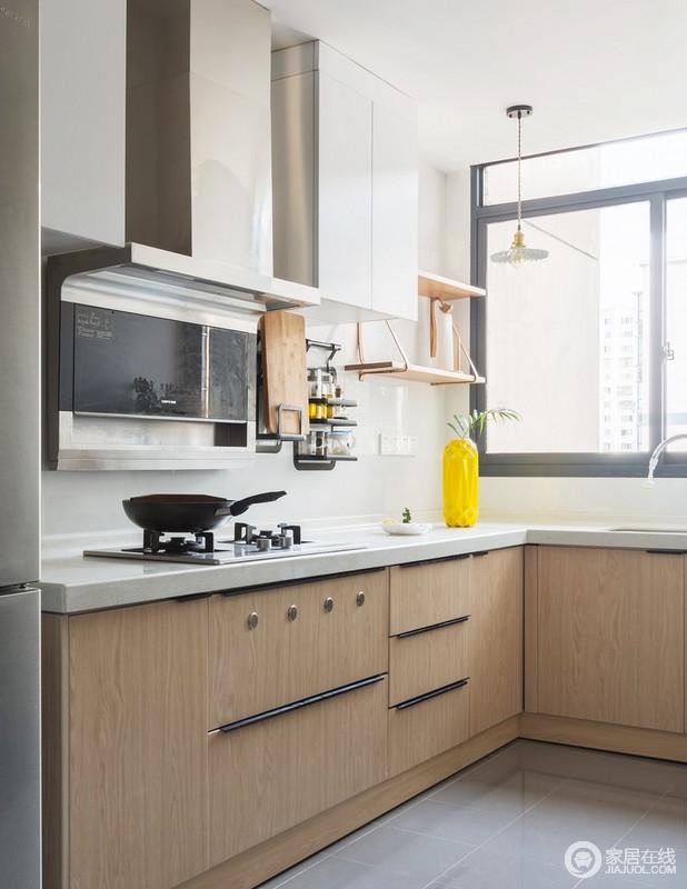想要有一个烹饪的好心情,就一定要有一个舒适整齐的厨房空间,利落之中,更有收纳性;橱柜带点木色元素将物品有规则的收纳起来,收纳架合理利用了墙面空间,让你有个宽敞整齐的空间。