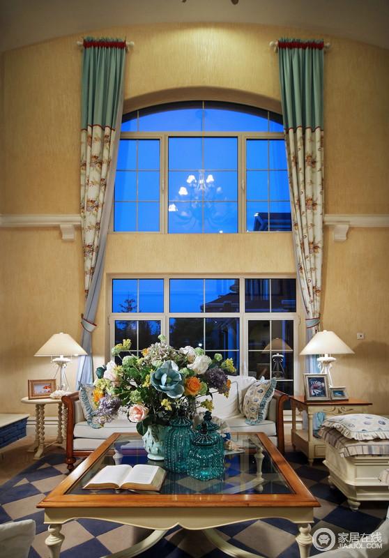 高挑的格局自带空间感,也少了压抑,米黄色的墙面让空间暖和了不少,花卉窗帘的图案带着自然生机,与花卉温润着生活,也成为空间的一种风景;边几放在沙发两侧,台灯与之搭配,对称之中,让生活充满明媚之光,满是温情。