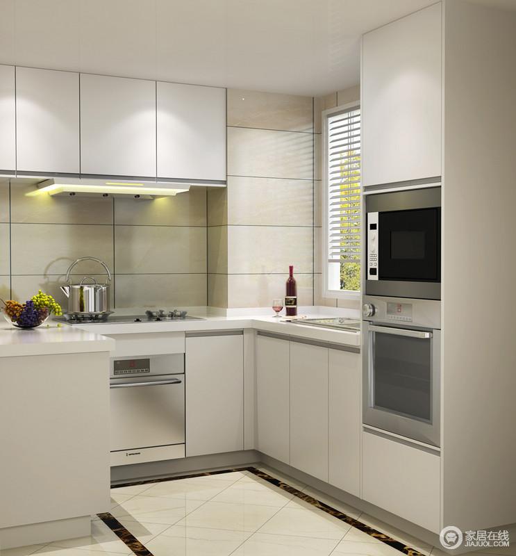 厨房以米色砖石为铺贴,与整体空间线条形成朴质利落,让烹饪也自在;烤箱等电器嵌于墙面,与集成橱柜打造 一个够科技的生活。