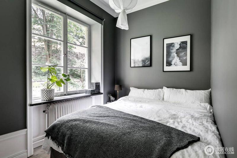 卧室简约而不简单,色彩的对立美,让空间具有了色彩层析,深浅之中给予空间温馨。