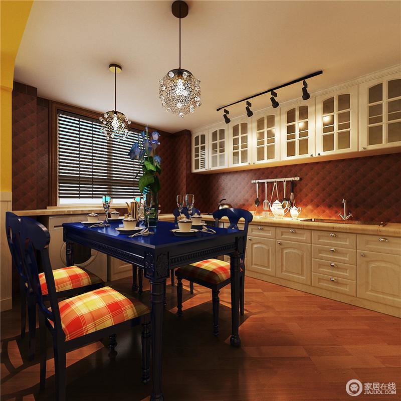 开放式厨房让餐桌与厨房紧密相连,形成一个开放式的烹饪就餐空间,也增加了年轻女主人与家人的互动,比较适合边做饭边照顾婴幼儿及老人。