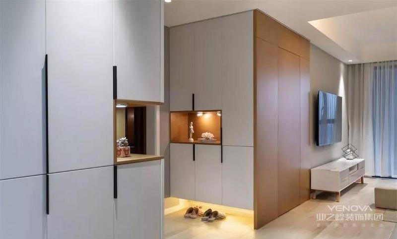 今天分享的是一套建筑面积120平的现代北欧风三居室,整个房子的配色以浅灰色为主,加入柔和的灯光和精致、舒适的软装,来营造出简单、轻松的居住氛围,虽然整体设计并不复杂,却也不缺少格调感和文艺感。
