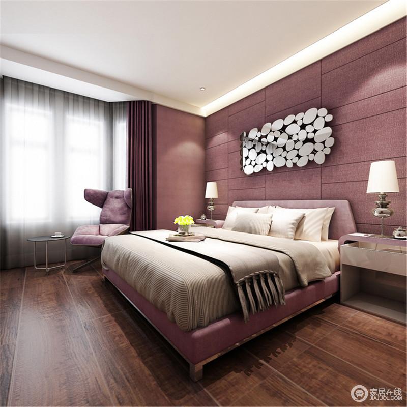 卧室以紫粉色壁纸和涂料装饰空间,并统一软装配饰,将窗帘和单椅与之配套,营造浓浓的唯美与温和;白色床头柜与精秀地台灯妆点出和谐感,而不规则圆形焊接的艺术品带来时尚,为空间添置些许奢美。