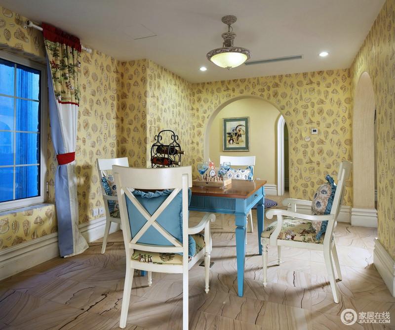 休闲室以黄色壁纸来铺贴空间,好似一个能量场一样,给生活带来温馨,拱形门的设计少了直楞感,让地中海的结构之美,为空间增加精致;蓝白组合的实木桌椅好似地中海的风景,时而温暖,时而清新,平衡着生活的节奏,满是动律。
