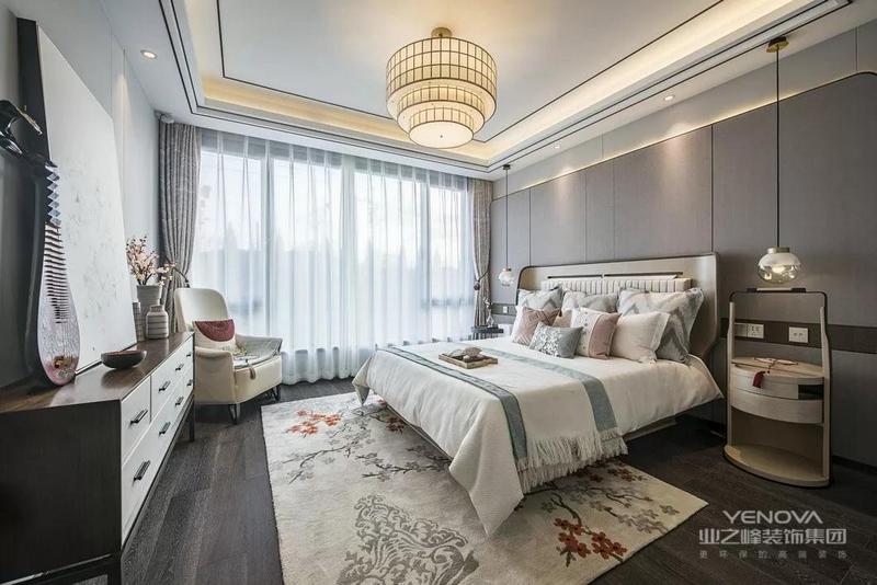 卧以高级灰为主色,搭配上大地色的抱枕,再点缀朱砂红插花,整个房间朴素又不失气质,设计师可谓心思缜密。