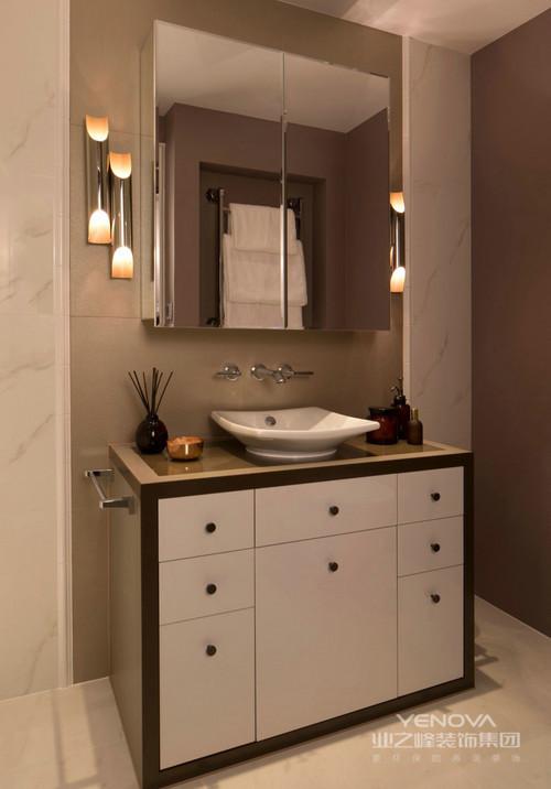 洗手间镜子两旁设计了四个小壁灯,虽然亮度不是很高但是以情景的光影效果,调节出生活的情调感;盥洗柜与方镜的几何效果让空间格外利落干净,带来不一样的卫浴体验。