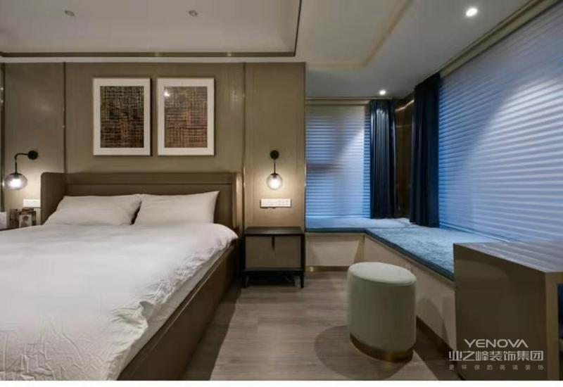 主卧,就寝区域,采用较为稳重的颜色做主调,感官上也较为舒适,冷而不冽,彰显质感。飘窗上搭配了绒布艺飘窗垫,一个休憩小角落完美置入空间。
