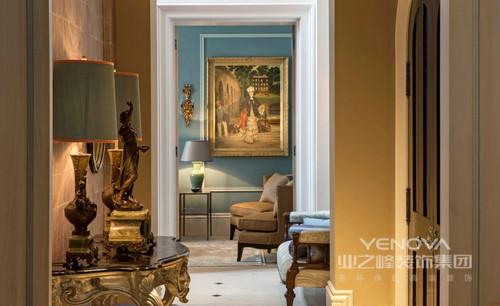 空间以其自有的格局让空间形成互动,明黄色漆与蓝色漆的墙面让空间具有了跳跃感,并带来色彩的活力;现代古典家具有条不紊地陈列出大气,方几上的台灯与油画,搭配金属壁灯点缀出古典优雅,让人想要沉醉到这样的景色之中。