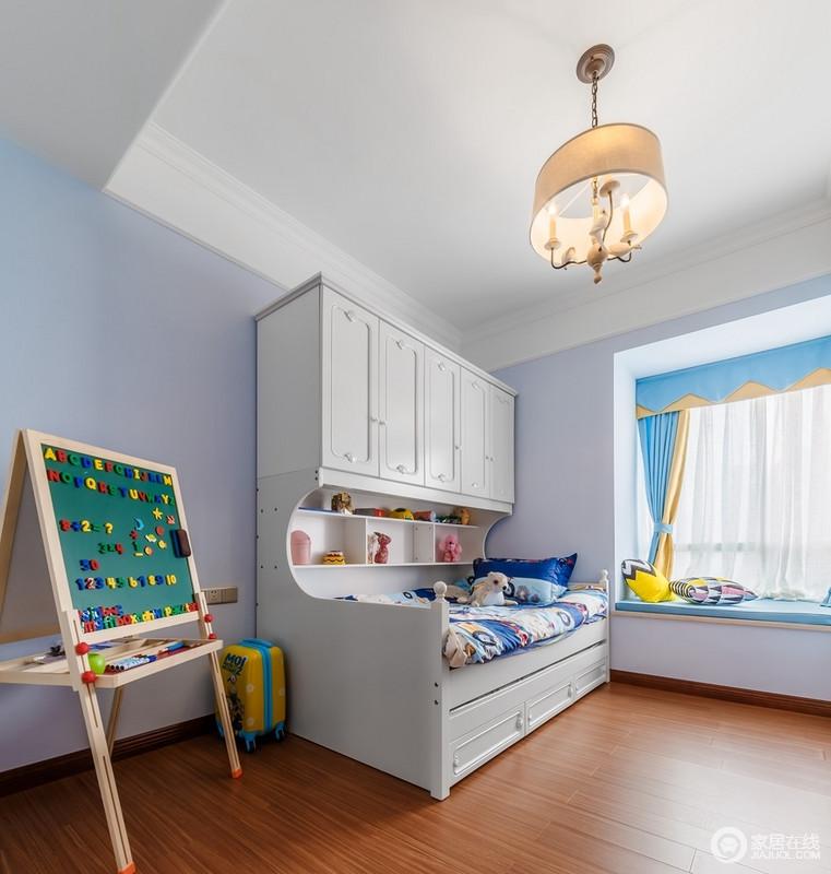 儿童房的窗帘用了帘头遮挡轨道,色彩用了柠檬黄和浅浅的天蓝色衔接飘窗,柔和而大气;储物型木床的收纳和实用一举两得,小黑板支架搭配儿童玩饰,让生活满是童趣。
