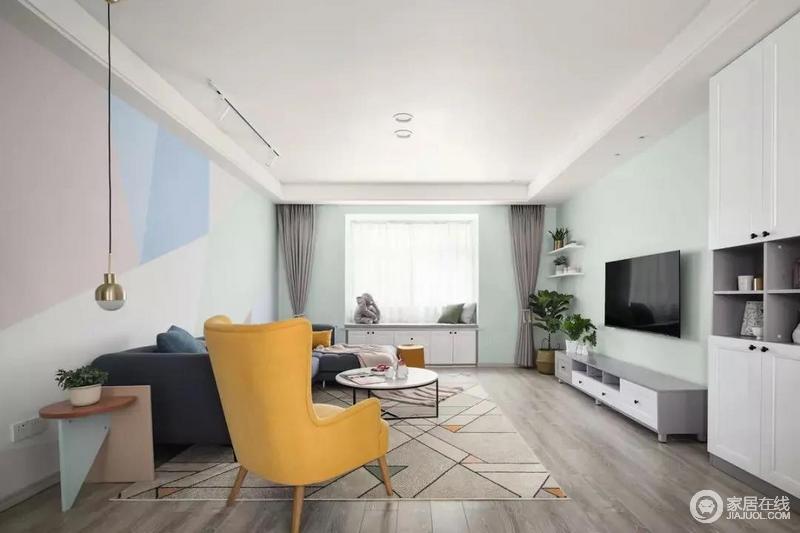 走过玄关后就到了客厅空间,极简的天花设计搭配客厅舒柔而又不复杂的配色,整个客厅空间给人一种小清新的感觉,让人一眼就觉得清新。
