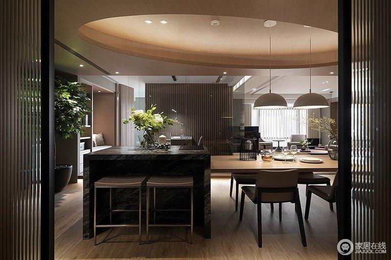 推拉门的设计方便客人来家中拜访时能将餐酒柜隐藏起来,以避免没时间整理的窘境。