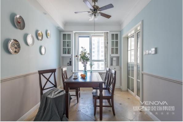餐厅空间搭配了简约美式实木一桌四椅,靠窗处定制了白色哑光烤漆收纳柜,墙面挂件采用偏北欧的陶瓷挂盘。