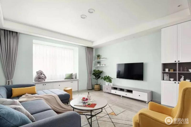 客厅的电视背景墙和侧方飘窗周边是刷成了薄荷绿,飘窗底部改成收纳柜,搭配电视柜和侧方到顶的柜子,满足一家人的收纳需求。