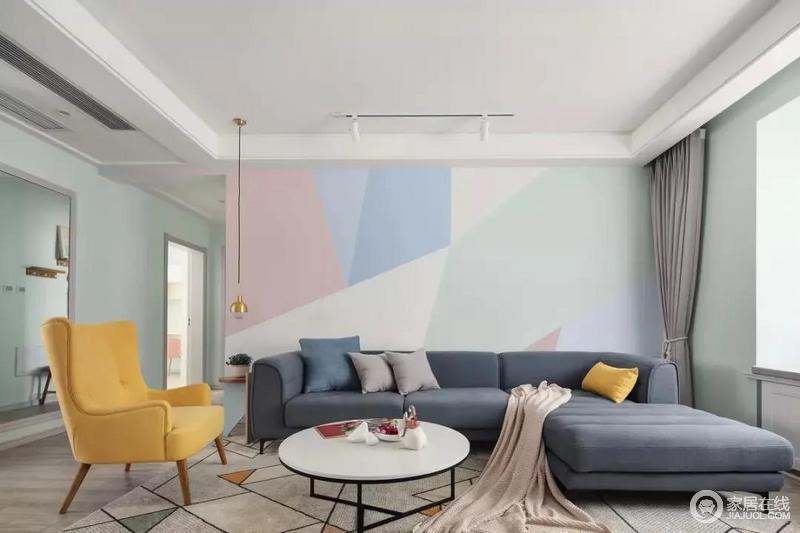沙发背景墙上是做了几何拼色的设计,简洁而又显得更有活力;L型的蓝藏色布艺沙发搭配黄色扶手椅、靠垫,给人一种慵懒惬意的感觉,冷暖之间显出温馨。