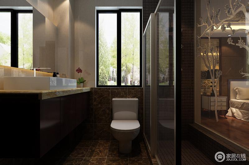 主卧卫生间延续了主卧的色调,在风格上形成统一。深色大理石地板耐脏的同时也防潮,深咖色镜面上以树纹做装饰与窗外风景呼应,且折射出卧室,为狭小空间增容。