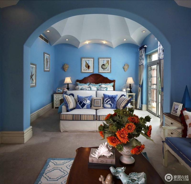 敞开式的卧室,蓝色漆的墙面背景色调撑起了整个房间的基调,这个房间的吊顶十分具有设计感,让空间好似一个宫堡;床和沙发的结合是欧式卧室的特色之一,这样的设计成就了多功能型房间,让房间的实用性大大增加了,而墙面的挂画点缀,少了空洞,带来一种精致感。