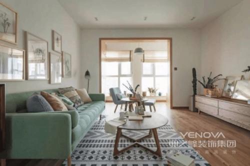 客厅白墙搭配原木地板,让你恍如置身在一个自然的世界里,被朴素所包围;而绿色的沙发搭配黑白灰编织的地毯,轻和而爽朗,北欧圆几更填随性。