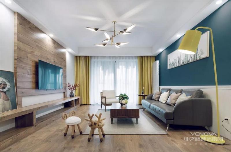 客厅整体空间款式舒适,摆上两张可爱的绵羊与鹿角造型的灯具,茶几区域垫上舒适的地毯,让空间显得简约舒适而童趣。