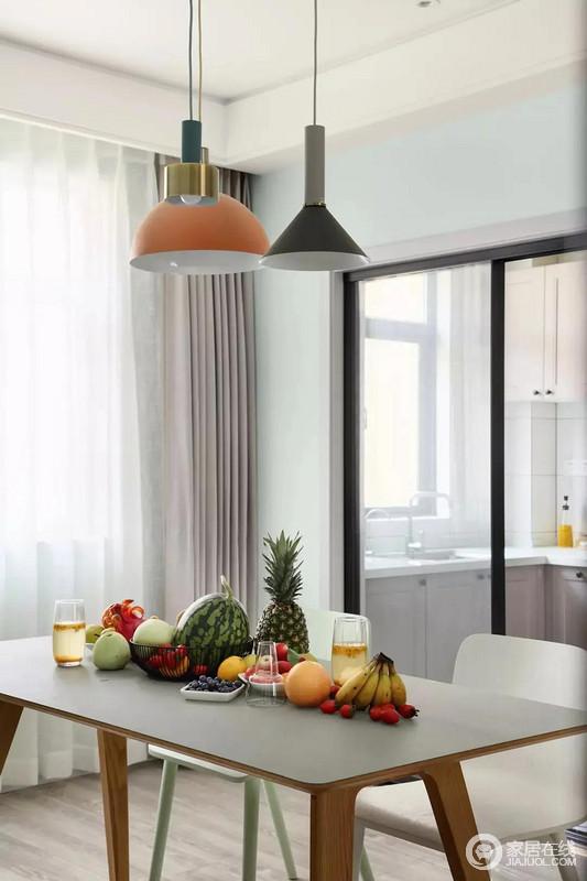 餐厅空间不大,三种不同色彩、材质的吊灯和桌上的时令水果结合起来,打造出一个灵动多变的视觉感,充满生活鲜活度,让人感觉轻松而又惬意,