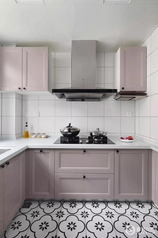 女主人特意挑选了粉紫色橱柜满足其少女心,白色墙砖和花色地砖以反差构成动感,在动静之间,让空间也充满艺术感;再加上实用性的设计,让生活更有品质。